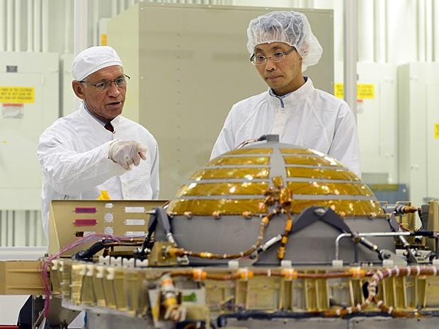 Administrador da Nasa, Charles Bolden, percorreu as instalações do JPL nesta terça-feira (13) (Foto: Frederic J. Brown/AFP)