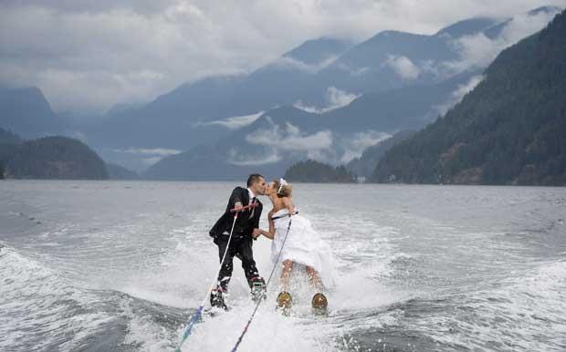 Casal Cam Auge e Caylee Wasilenkoselam a união esquiando na água (Foto: Jonathan Hayward, The Canadian Press/ AP)
