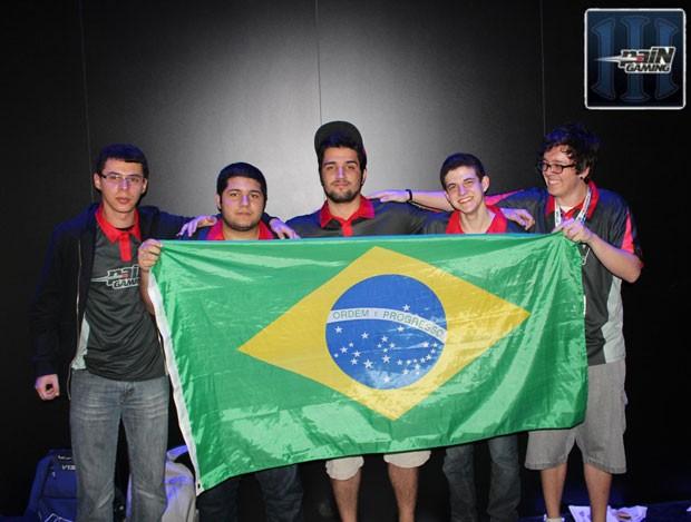Os integrantes da PaiN Gaming Fábio Guimarães, de 24 anos, Túlio Carlos, de 20 anos, Felipe Gonçalves, de 21 anos, Gabriel Bohn, de 17 anos, Martin Kothe, de 21 anos. (Foto: Divulgação)