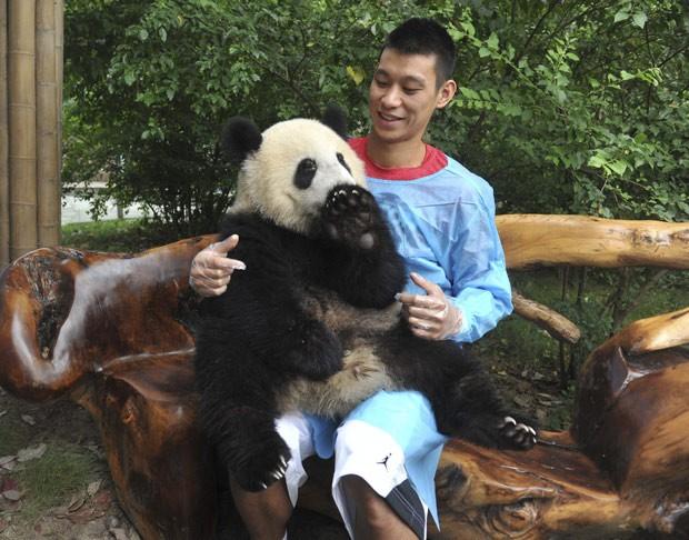 Jogador está em viagem pela China e foi conhecer centro de reprodução de pandas (Foto: Reuters/China Daily)