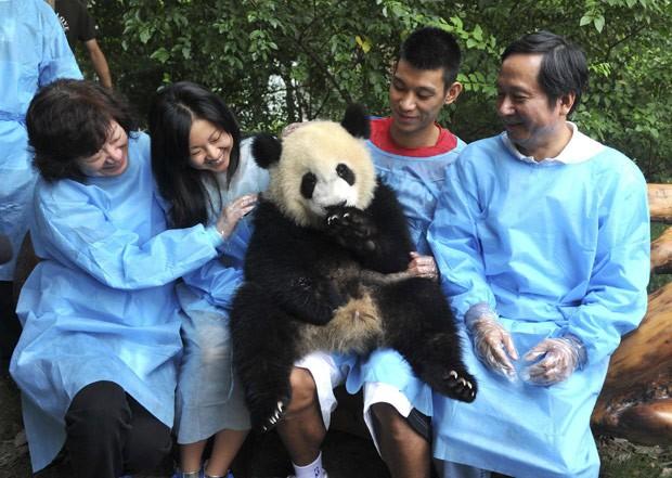 Lin segurou panda no colo durante a visita. (Foto: Reuters/China Daily)