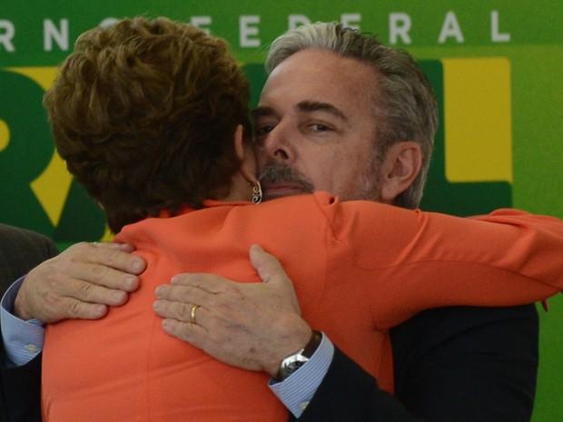 O ex-ministro das Relações Exteriores, Antônio Patriota, cumprimenta a presidente Dilma Rousseff durante a posse do novo ministro (Foto: Antonio Cruz/ABr)