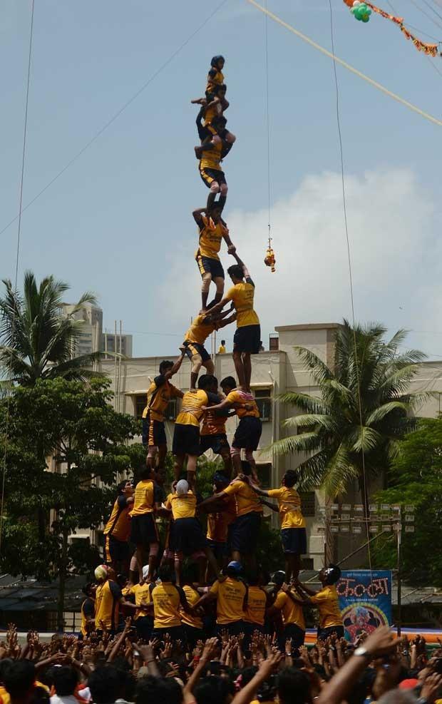 Indianos fazem uma pirâmide humana durante a celebração da divindade Krishna nesta quinta-feira (29) no país (Foto: Punit Paranjpe/ AFP)