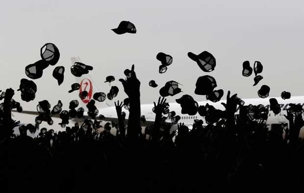 Cerca 1,2 mil jogam seus bonés para o alto para entrarem no Guinnes book (Foto: Issei Kato/ Reuters)