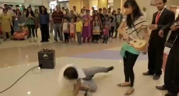 Namorada fica indignada com pedido de casamento, pega instrumento musical e o atira em cima do jovem (Foto: Reprodução/YouTube/HiTt MaNn)
