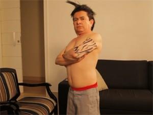 O cantor Solimões se fantasia com peruca arrepiada e tatuagens no clipe de 'O cowboy vai te pegar' (Foto: Divulgação)