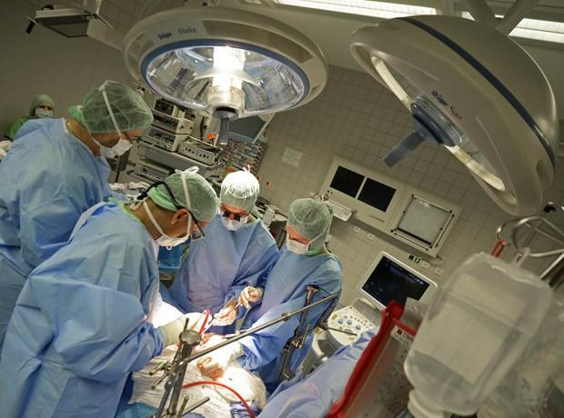Equipe realiza uma das primerias cirurgias com o auxílio do tablet na Alemanha. (Foto: Reuters/Fabian Bimmer)