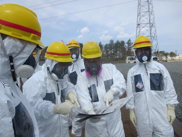 Funcionário da Tepco verifica níveis de radiação em torno de um tanque de água contaminada em Fukushima. (Foto: Tepco / AFP Photo)