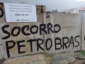 Óleo jorra da calçada no entorno de terreno contaminado em S. Sebastião (Foto: Arquivo Pessoal/ Evaldo Pereira)