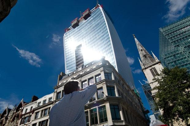 Edifício conhecido como 'wakie talkie', em Londres, na Inglaterra, foi capaz de derreter peças de um Jaguar com o reflexo do sol (Foto: Leon Neal/AFP)