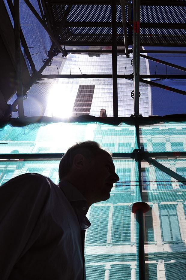 Proteção temporária foi colocada em calçada afetada por reflexo de prédio (Foto: Carl Court/AFP)
