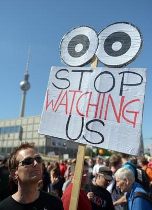 Manifestante pede para que 'parem de nos ver' em mensagem escrita em cartaz (Foto: Rainer Jensen/AFP)