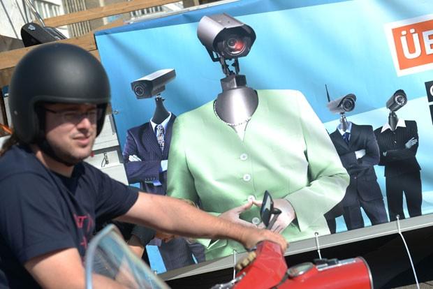Cartaz transforma políticos alemães em robôs de vigilância (Foto: Rainer Jensen/AFP)