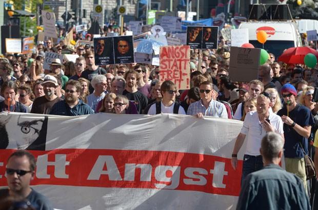 Milhares de pessoas protestaram em Berlim contra a vigilânca on-line dos Estados Unidos (Foto: Rainer Jensen/AFP)