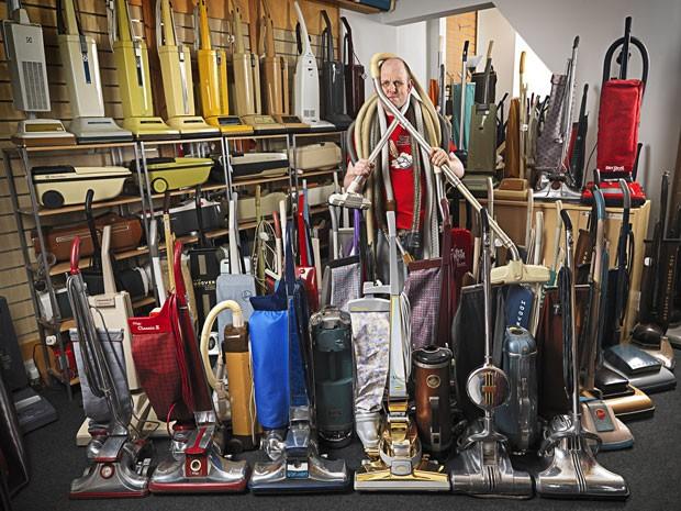 Britânico James Brown entrou para o Guinness como dono da maior coleção de aspiradores de pó (Foto: Guinness World Records/AFP)