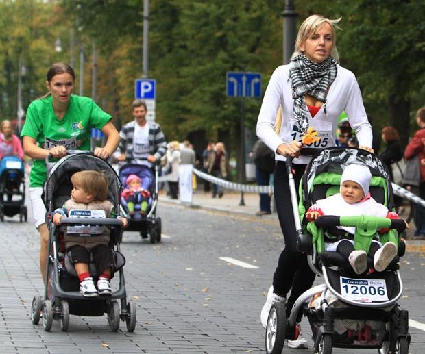 Pais disputaram no domingo (15) uma competição com carrinhos de bebê em Vilnius (Foto: Petras Malukas/AFP)