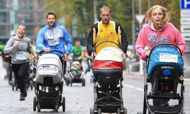 Participantes tiveram que completar um percurso de 500 metros (Foto: Petras Malukas/AFP)