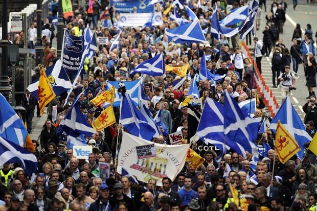 Milhares de pessoas marcaram neste sábado (21) em Edimburgo em uma passeata de apoio à independência da Escócia (Foto: Andy Buchanan/AFP)