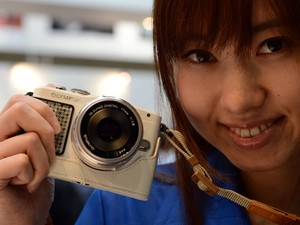 Modelo mostra a Olympus Pen Lite E-PL5 (Foto: Toshifumi Kitamura/AFP)