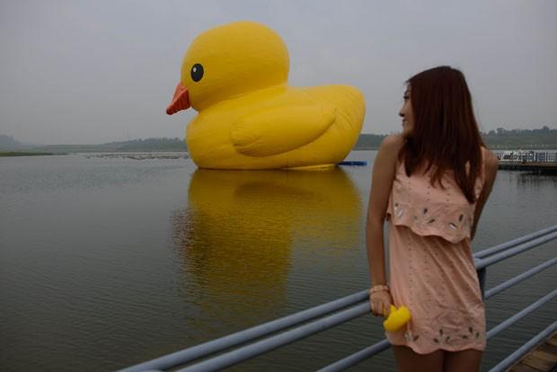 Pato inflável criado pelo artista holandês Florentijn Hofman foi exibido lago em Pequim (Foto: Ed Jones/AFP)
