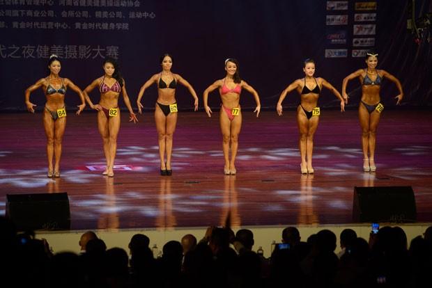 Fisiculturistas mais pareciam bonecas 'Barbie' ao fazer poses para os jurado (Foto: Ed Jones/AFP)