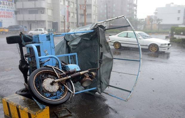 Veículo é visto virado por causa de tufão em Hengtsun, em Taiwan (Foto: Sam Yeh/AFP)