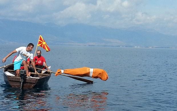 Jane Petkov, de 59 anos, nadou dois quilômetros amarrado em um saco no lago Ohrid (Foto: Stringer/AFP)