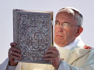 Papa Francisco durante missa em Cagliari neste domingo (Foto: Alberto Pizzoli/AFP)