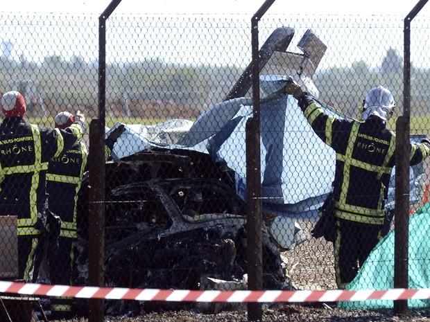 Bombeiros investigam destroços da aeronave que caiu no leste da França nesta terça-feira (24). (Foto: AFP)