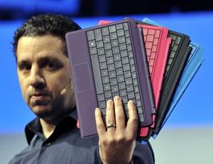 Capa que protege a tela do Surface e também é teclado ganha nova versão com quatro cores (Foto: Timothy Clary/AFP)
