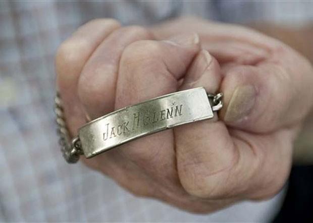 Bracelete que era usado pelo piloto norte-americano Jack Harold Glenn foi devolvido 65 anos depois para sua irmã (Foto: Eckehard Schulz/AP)