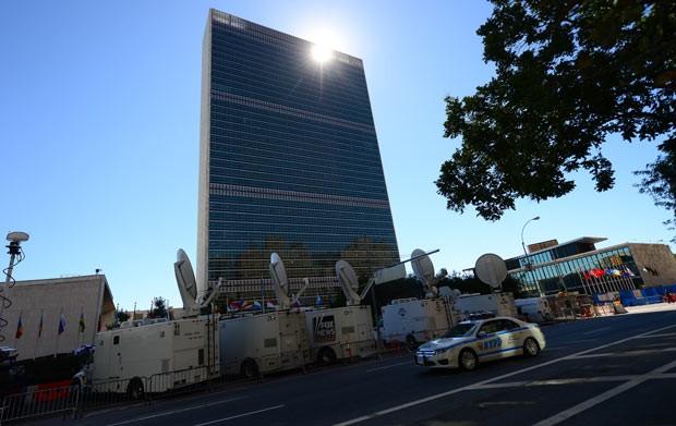 Caminhões das TVs preparam-se, nesta segunda-feira (23), para a cobertura da Assembleia Geral da ONU, em Nova York (Foto: Reuters)