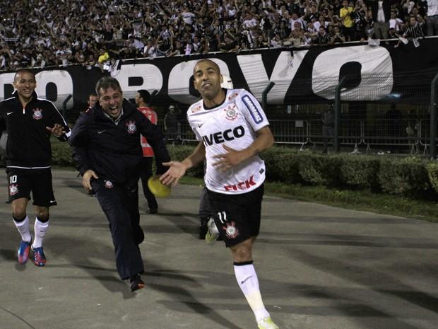 O 'Sheik' vai para a torcida comemorar um de seus gols (Foto: Nacho Doce/Reuters)