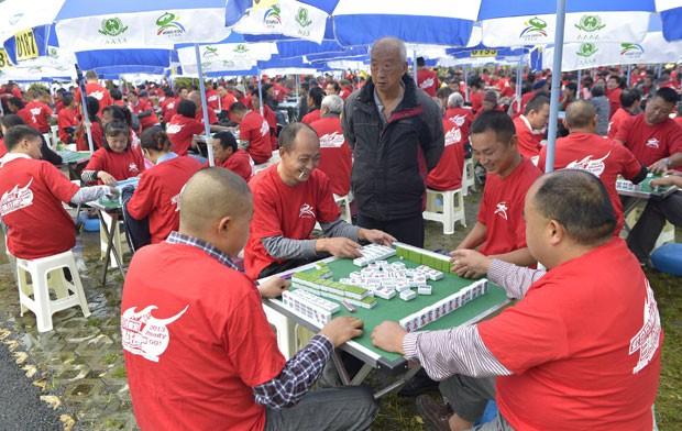 Cerca de 2.380 pessoas se reuniram na quinta-feira para jogar simultaneamente mahjong (Foto: Stringer/Reuters)