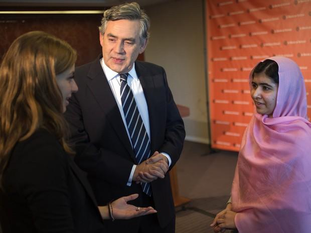 Malala Yousafzai e o ex-primeiro-ministro britânico Gordon Brown, em Nova York (Foto: Adrees Latif/Reuters)