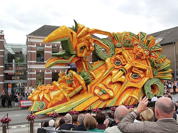 Carro alegórico feito com flores do desfile de Zundert, na Holanda (Foto: Niels Braspenning/Divulgação/Corso Zundert)