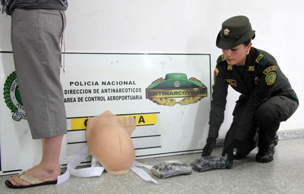 Mulher é presa com 2 kg de cocaína em falsa barriga de grávida (Foto: AFP)