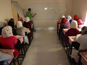 Escola improvisada, com ajuda de professores que nao recebem nada, estão tentando deixar a vida de crianças e adolescentes o mais normal possível (Foto: Gabriel Chaim/G1)