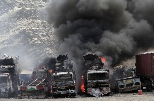 Fumaça sobe de um caminhão de abastecimento da Otan após um ataque de militantes na área de Torkham perto da fronteira com o Paquistão (Foto: Rahmat Gul/ AP)