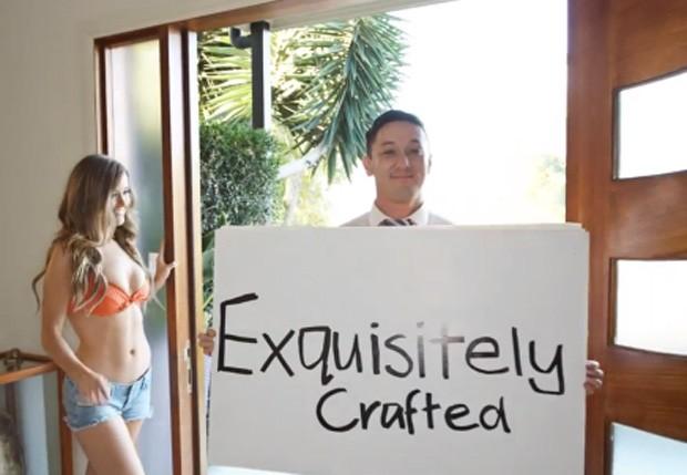 Corretor usou modelos de biquíni em anúncio de mansão para atrair compradores (Foto: Reprodução/YouTube/Mark Manson)