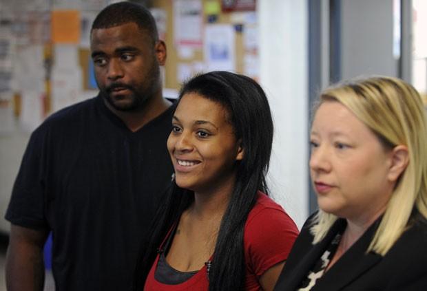 Casal americano Jawaan McCullough e Jaleesa Martin, à esquerda, ganhou na Justiça o direito de colocar o nome de 'Messiah' no filho (Foto: Amy Smotherman Burgess/The Knoxville News Sentinel/AP)