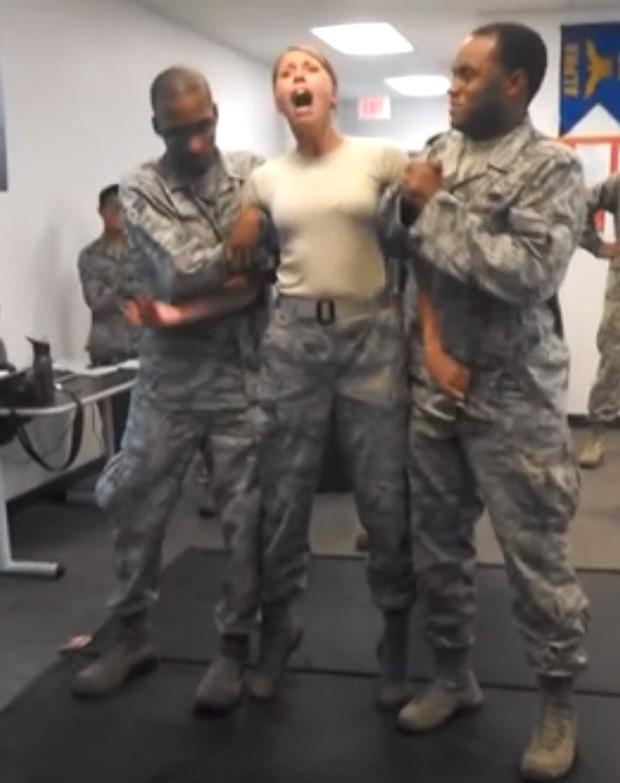 Mulher acabou agarrando a virilha de um dos soldados durante o choque (Foto: YouTube/Reprodução/Aidaman)