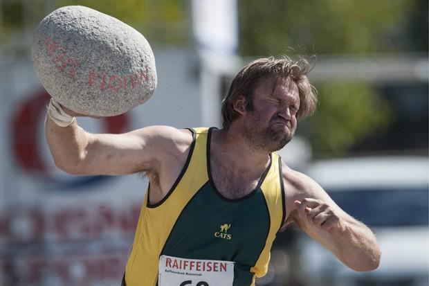 Em Walenstadt, Urs Hasler joga pedra de 40 kg durante prova de campeonato (Foto: Keystone,Gian Ehrenzeller/AP)