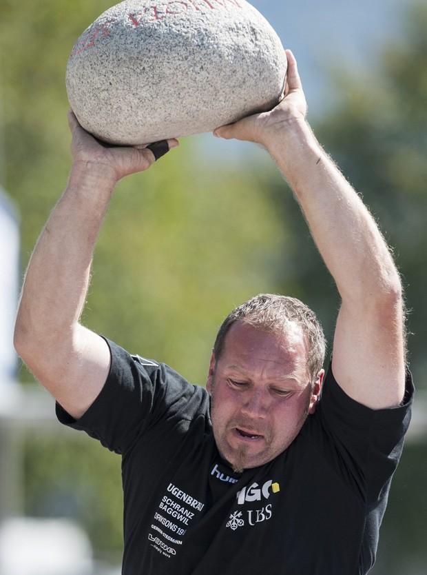 Competição rural consiste em arremessar pedras de diferentes pesos o mais longe possível (Foto: Keystone,Gian Ehrenzeller/AP)