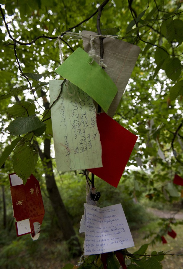 Pessoas penduraram papéis com desejos escritos, esperando que se tornem realidade (Foto: John Macdougall/AFP)