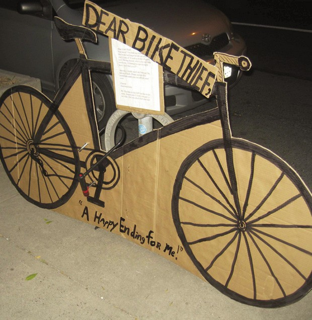 Após recuperar bicicleta, canadense substituiu objeto por réplica de papelão (Foto: Reprodução/Facebook/Quentin Matheson)
