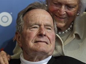 Junho de 2012 - Bush e sua mulher, Barbara, chegam para a pré-estreia de um documentário da HBO sobre a vida do ex-presidente em Kennebunkport, Maine (Foto: Charles Krupa/AP)