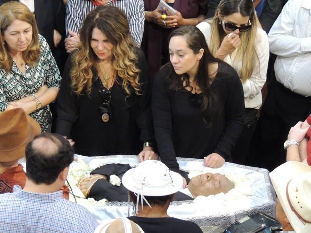 A filha de Dominguinhos, Liv Moraes, e a cantora Elba Ramalho conversam com artistas e amigos no velório do músico (Foto: Alexandre Morais / G1)