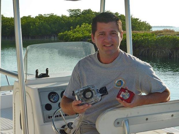 Mergulhador reencontra câmera perdida no mar seis meses depois (Foto: AP)