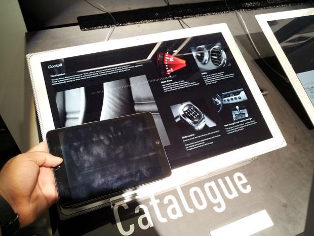 Tamanho do tablet com tela de 20 polegadas da Panasonic em comparação com o iPad mini, com tela de 7,9 polegadas (Foto: Bruno Araujo/G1)